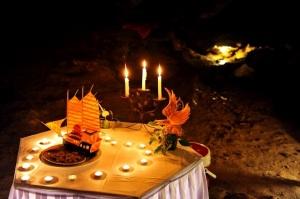 Gyertyafényes vacsora a Halong-öböl barlangjában